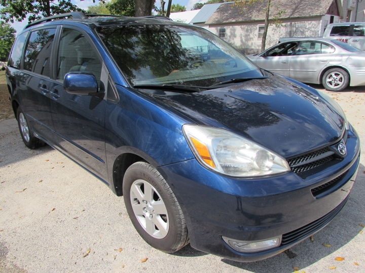2004 Toyota Sienna XLE Front Right