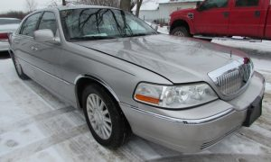 2004 Lincoln Town Car Executive Front Right