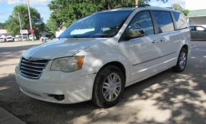 2008 Chrysler Town & Country Limited Front Left