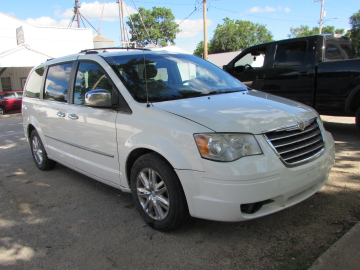 2008 Chrysler Town & Country Limited Front Right