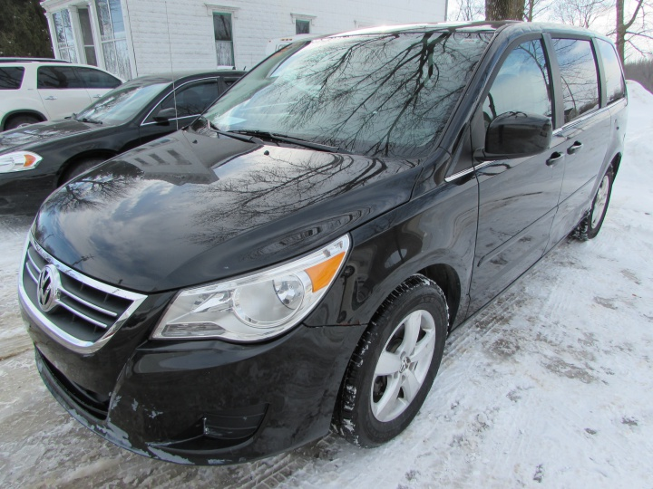 2009 VW Routan SE Front Left