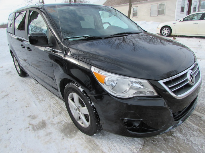 2009 VW Routan SE Front Right