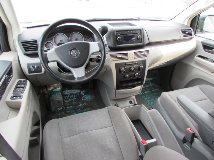 2009 VW Routan SE Interior