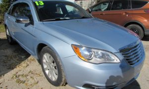 2013 Chrysler 200 Limited Front Right