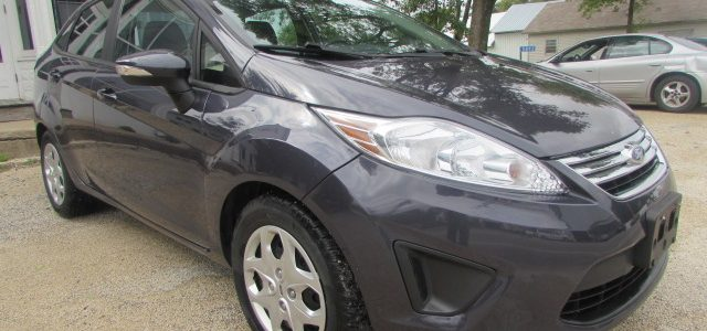 2013 Ford Fiesta SE Front Right