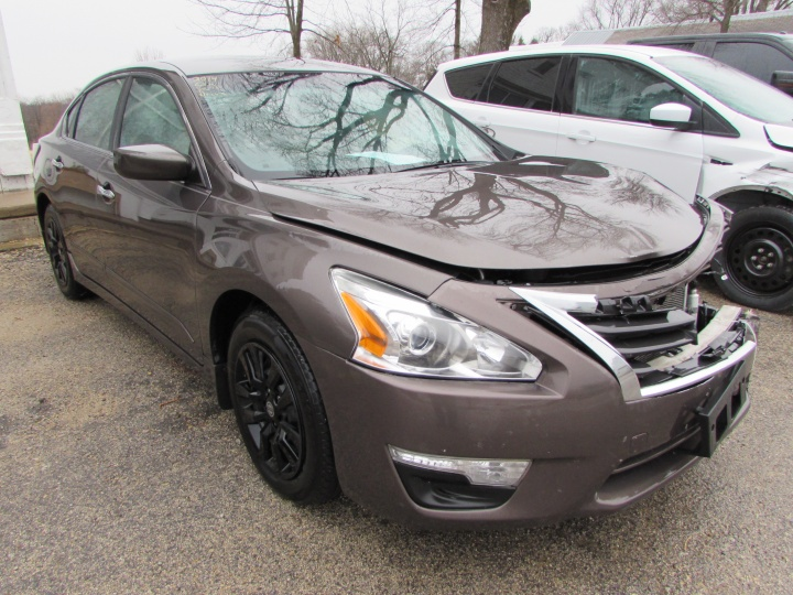 2014 Nissan Altima S Front Right