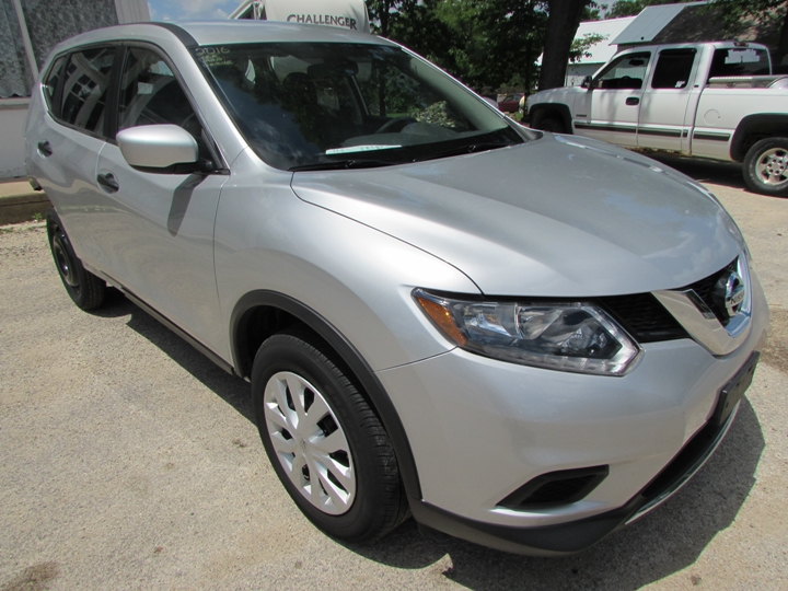 2016 Nissan Rogue S Front Right