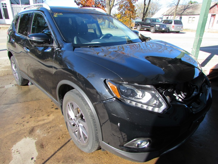 2016 Nissan Rogue SL Front Right