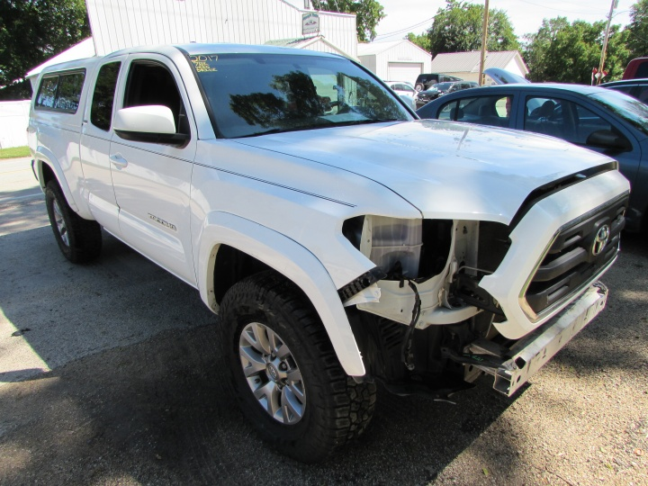 2017 Toyota Tacoma Access Cab Front Right